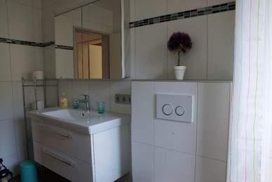 Neues Bad mit hochwertigen Möbeln